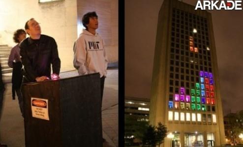 Jogando Tetris like a boss com peças gigantes na fachada de um prédio