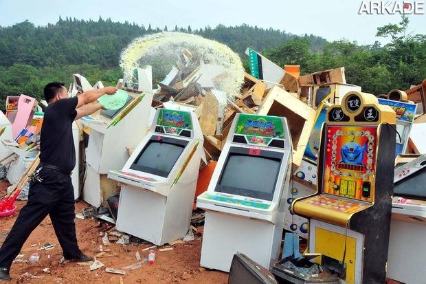 Imagens fortes: máquinas de fliperama sofrendo maus tratos na China