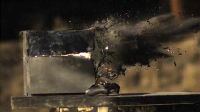 Vídeos mostram o PlayStation 4 sendo destruído por seus donos