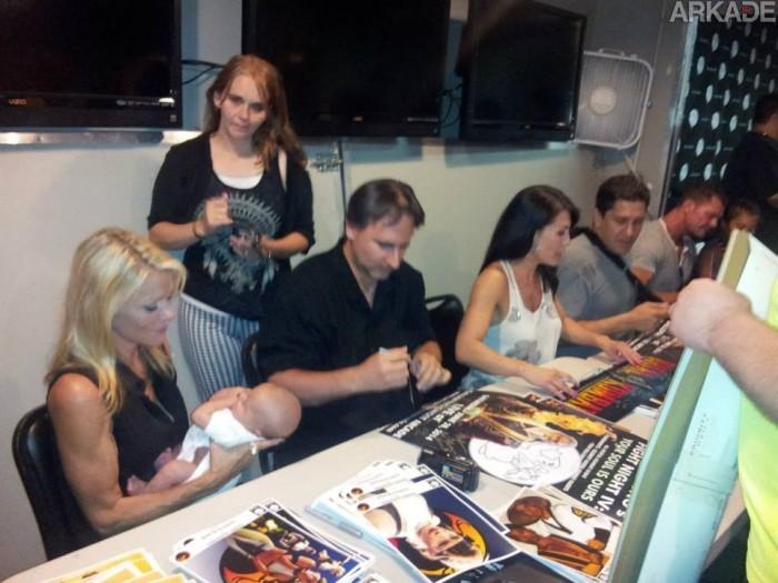 Sonya aplica um Babality (?!). Ao seu lado, John Vogel, Sindel, Nightwolf e Shao Kahn dão autógrafos.