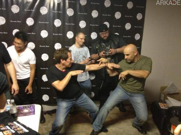 Johnny Cage e Kano fazem pose de kombate.