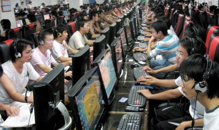 Tribuna Arkade: jovem chinesa dá à luz sozinha no meio de uma lan house... e continua jogando!