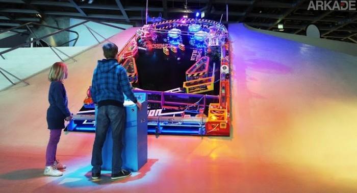 Curte pinball? Então você vai pirar com essa máquina de pinball gigante totalmente funcional!