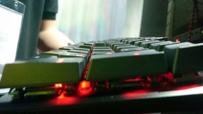 Jogamos com o Alloy, teclado gamer que a HyperX desenvolveu para o FPS