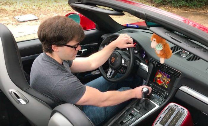O Porsche 911 (e qualquer outro carro) é a maneira mais maluca até o momento de se jogar Doom