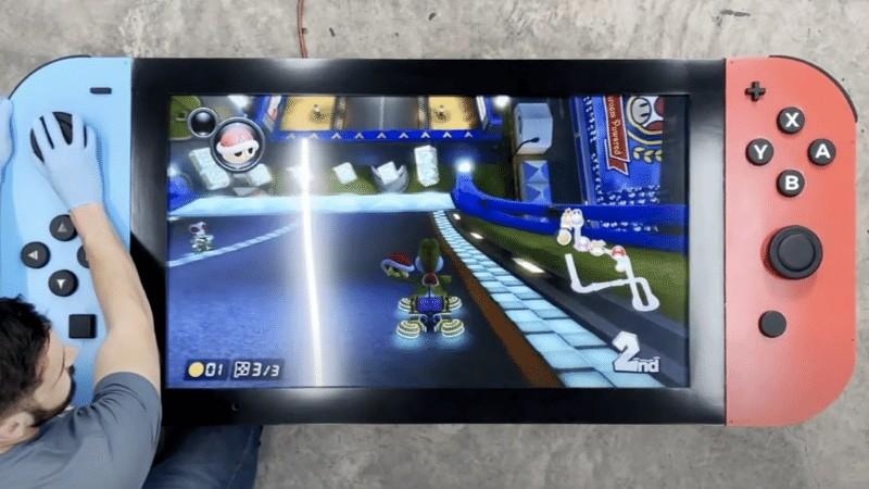 """Modder cria o """"maior Nintendo Switch do mundo"""", com 11kg e 1,8 metro"""